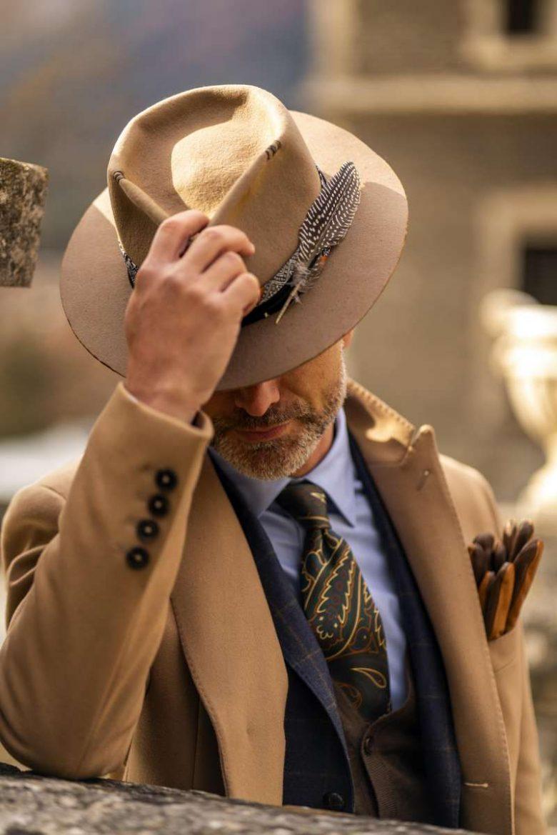 pălărie bărbătească cu pene